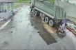 Lùi xe không quan sát, tài xế xe ben suýt đoạt mạng 2 người