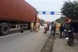 Giúp người gặp nạn trên đường, người đàn ông bị container tông chết thương tâm