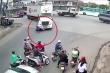 Clip: Vượt ẩu khi vào cua, tài xế xe máy bị container cán chết
