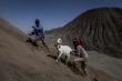 Người Indonesia ném gia súc, lễ vật xuống miệng núi lửa để hiến tế