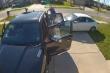Video: Bị ô tô tông, người đàn ông nhảy lên mui xe, thoát chết trong tích tắc