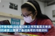 Nữ sinh trung học chăm chỉ ôn bài dù đang nhập viện vì Covid-19