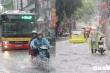 Ảnh: Ô tô phải bật đèn chiếu sáng, người đi xe máy xuống dắt bộ trong trận mưa lớn ở Hà Nội