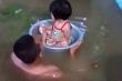 Ảnh: Quảng Ninh nước ngập mênh mông, bố cho con ngồi chậu đưa đi sơ tán