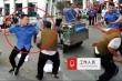 Clip: Cán bộ đô thị cầm roi quật người bán hàng rong dã man trên phố