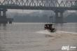 Video: Cận cảnh quá trình trục vớt bom dưới chân cầu Long Biên