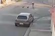 Clip: Bị chó đuổi, chàng trai đâm vào ô tô