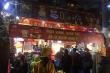 Dân Hà Nội đội mưa, xếp hàng từ tờ mờ sáng mua vàng ngày Thần Tài
