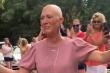 Video: Bạn bè, hàng xóm vỗ tay cổ vũ nữ bệnh nhân ung thư vú về nhà