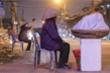 Người lao động ở Hà Nội miệt mài mưu sinh trong đêm lạnh thấu xương