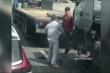 Video: Kinh hãi 2 tài xế vác hung khí lao vào hỗn chiến sau va chạm giao thông