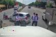 Clip: Học sinh băng qua đường suýt bị xe tải tông bay trên quốc lộ 5