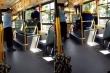 Bà lão siêu 'ngầu' trèo lên xe bus qua cửa sổ