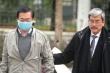 Ảnh: Cựu Bộ trưởng Vũ Huy Hoàng được dìu đến phiên tòa xét xử sáng nay