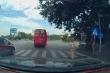 Tranh cãi tài xế được CSGT cho qua đèn đỏ rồi bị giữ lại sau vào trăm mét