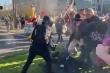 Video: Người Mỹ hỗn chiến trên phố vì Tổng thống Donald Trump