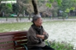 Ảnh: Đón không khí lạnh kèm mưa, người Hà Nội co ro trên phố