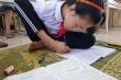 Đôi chân biết viết chữ của cô học trò người dân tộc Sán Dìu