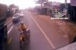 Video: Xe máy lấn làn, vượt ẩu tông trực diện xe tải