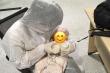 Xót xa hình ảnh em bé 'một mình' bay từ Hàn Quốc về Việt Nam tránh dịch