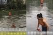 Mưa ngập, cô gái bơi giữa phố để tới chỗ làm khiến dân mạng tranh cãi