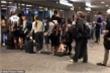Phớt lờ Covid-19, hàng trăm người Australia 'đứng cạnh nhau' ở sân bay