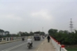 Mưa lớn gây xói lở, Hà Nội tạm cấm người, xe qua cầu Yên Sở