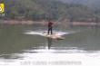 Thầy giáo chèo bè qua sông mỗi ngày chỉ để dạy 3 học sinh
