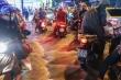 Nước đổ cuồn cuộn, xe máy chao đảo sau mưa lớn ở TP.HCM