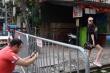 Video: Đóng cửa 2 tuần nay, khách Tây vẫn đến chụp ảnh phố cà phê đường tàu qua rào chắn