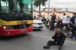 Va chạm xe buýt, lái xe ba gác lăn ra đất 'ăn vạ' giữa đường Thủ đô