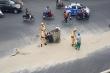 CSGT Hà Nội dọn cát rơi vãi trên đường, dân cảm kích tặng khẩu trang chống bụi