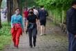 Video: Công viên đóng cửa, nhiều người Hà Nội liều mình ra đường tập thể dục