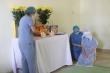 Không thể bên mẹ lần cuối, nữ điều dưỡng bái vọng trước bàn thờ ở khu cách ly