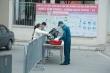 Ảnh: Trường học thành khu cách ly, phụ huynh Hà Nội tiếp tế nhu yếu phẩm cho con
