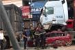 Ô tô con dừng đèn đỏ bị container đè bẹp dúm, 3 người chết, 1 người bị thương