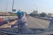 Video: Dừng xe nhặt tiền rơi, người đàn ông bị Mercedes tông trúng