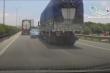 Video: Vượt ẩu trước đầu xe tải, ô tô con bị tông xoay 180 độ