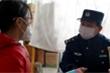 Bố mẹ bị cách li vì nhiễm Covid-19, bé gái được chiến sĩ cảnh sát Vũ Hán chăm sóc