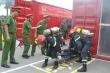 Video: Xem cảnh sát phòng cháy phá cửa cứu nạn nhân đang bị ngạt khí độc
