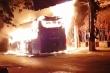 Clip: Xe khách giường nằm bốc cháy dữ dội trên đường ở TP.HCM