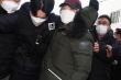 Nhãn hàng Hàn Quốc bị tẩy chay vì bán áo phao tên tội phạm ấu dâm mặc ngày ra tù