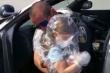Người bố cảnh sát nghẹn ngào ôm con qua lớp ni lông giữa mùa COVID-19