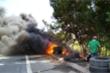 Đống lốp xe bốc cháy ngút trời, nhân viên cây xăng căng mình dập lửa