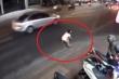 Clip: Đi bộ sang đường, cô gái bị tên cướp táo tợn giật túi xách, kéo lê