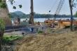 Ảnh: Công nhân căng mình làm việc dưới nắng đổ lửa trên cao tốc Cam Lộ - La Sơn