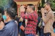 Bất chấp dịch bệnh, dân không đeo khẩu trang chen chúc lễ Phủ Tây Hồ
