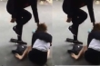 Cô gái bị đánh ghen bầm dập, bắt quỳ gối giữa đường xin lỗi