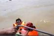 Đoàn cứu trợ 6 người bị lật thuyền rơi xuống dòng lũ dữ ở Quảng Bình