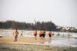 Dịch Covid-19: Dân Quảng Ngãi vẫn nườm nượp kéo xuống biển tắm